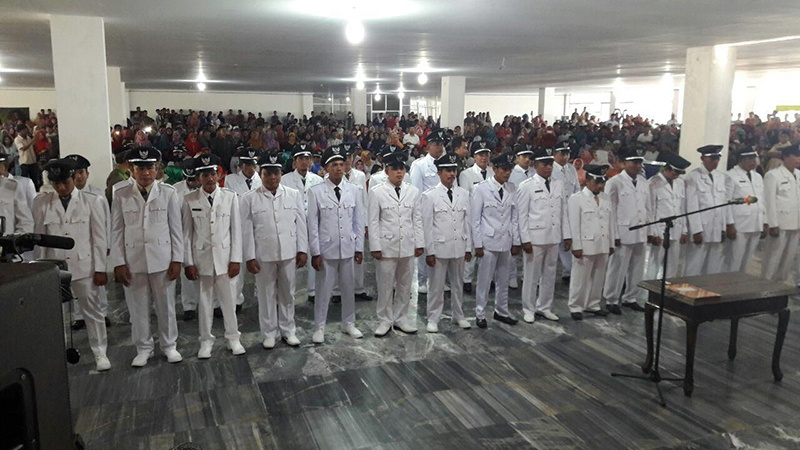 64-kepala-desa-terpilih-dilantik-rusda-mahmud-di-masjid-agung